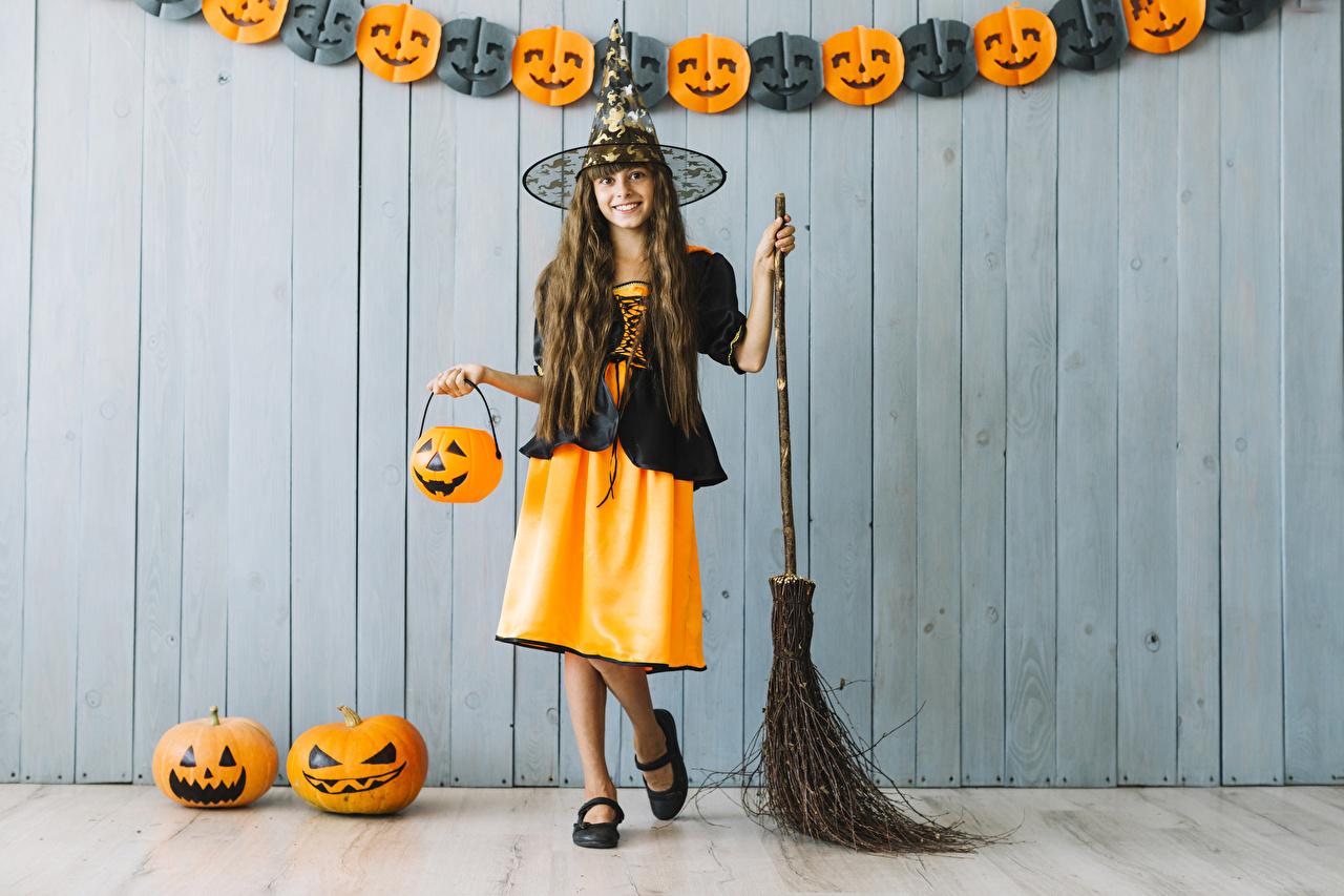 Фото Девочки Ведьма Косплей улыбается ребёнок Тыква хэллоуин униформе девочка Улыбка Дети Хеллоуин Униформа