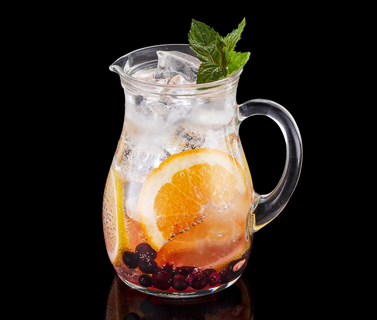 Обои для рабочего стола льда Апельсин Кувшин Пища Ягоды Черный фон напиток Лед кувшины Еда Продукты питания на черном фоне Напитки