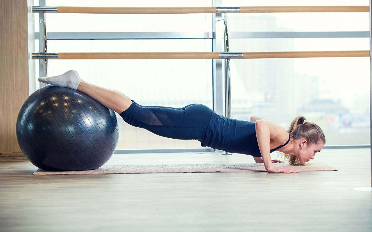 Фото отжимается Йога Фитнес спортивный молодая женщина Ноги Мячик Отжимание отжимаются йогой Спорт девушка Девушки спортивные спортивная молодые женщины ног Мяч
