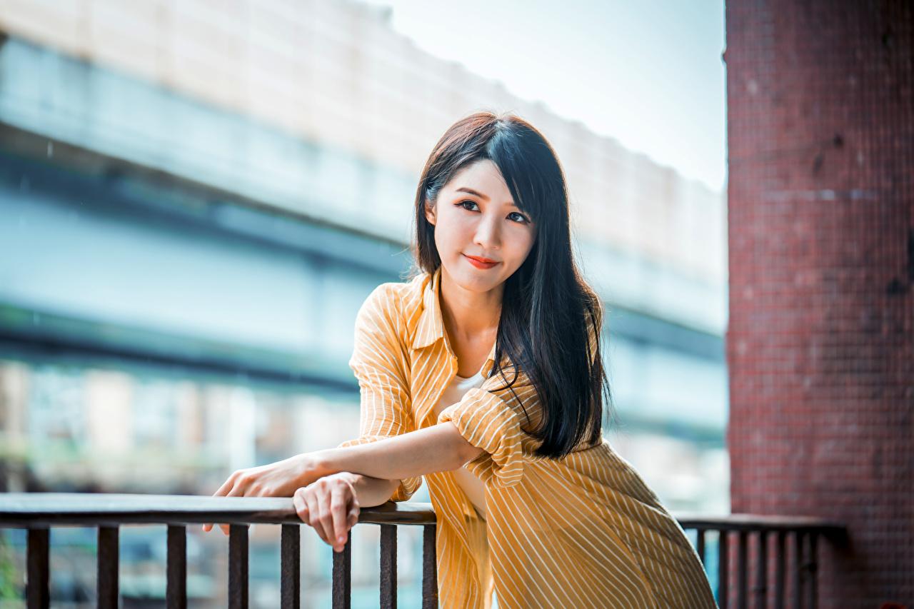 Фотография боке Поза девушка Азиаты Руки смотрит Размытый фон позирует Девушки молодые женщины молодая женщина азиатка азиатки рука Взгляд смотрят