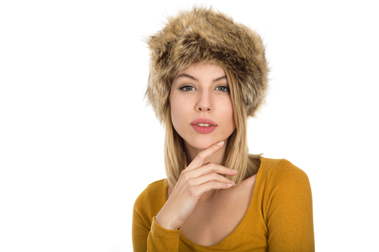 Картинка Блондинка Шапки Девушки рука смотрит Белый фон блондинки блондинок шапка в шапке девушка молодая женщина молодые женщины Руки Взгляд смотрят белом фоне белым фоном