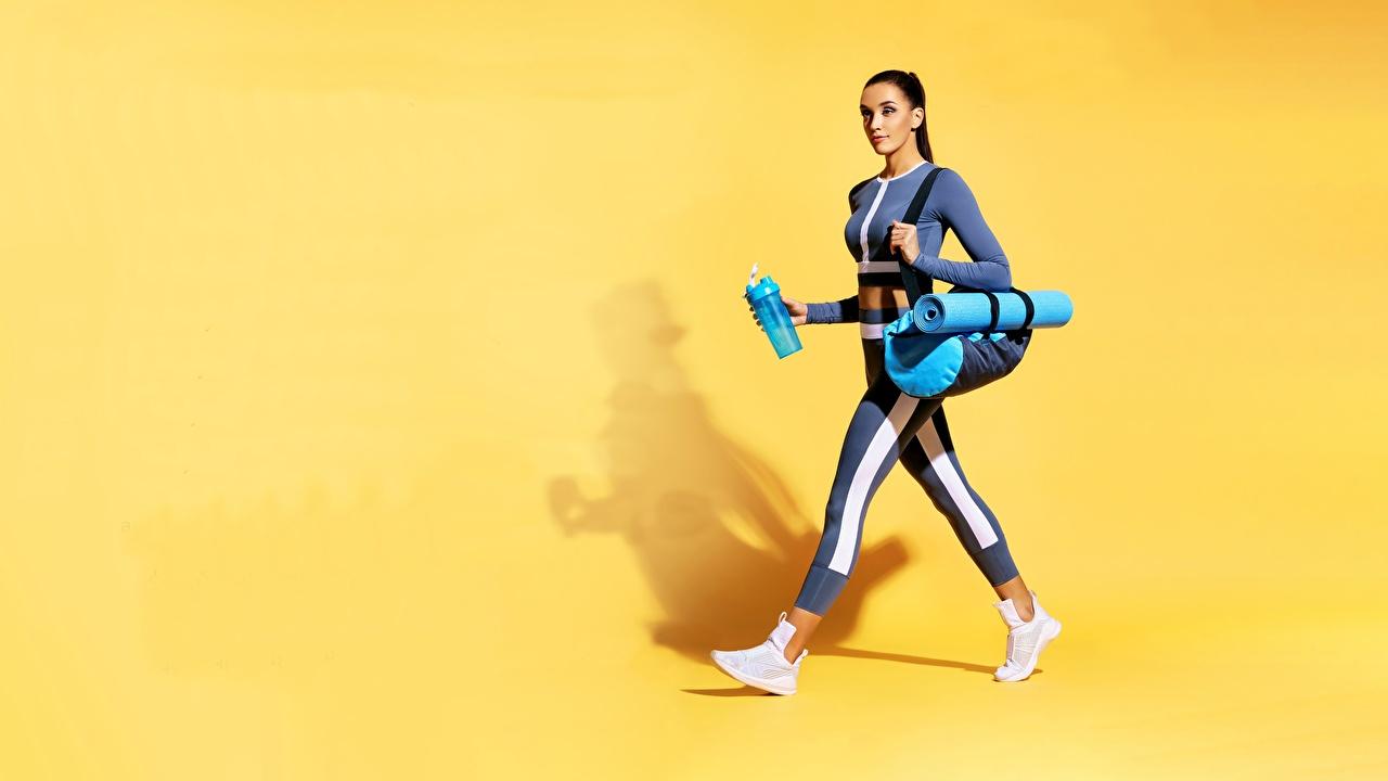 Фотография Фитнес Девушки спортивный Сумка Униформа Цветной фон Спорт девушка спортивные спортивная молодая женщина молодые женщины униформе