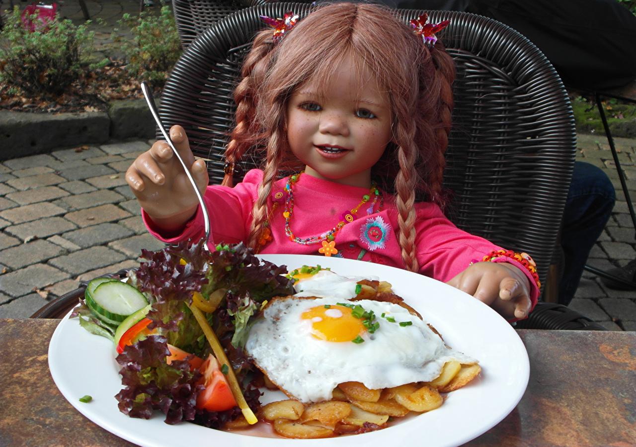 Обои для рабочего стола девочка Германия Кукла Grugapark Essen яичницы Парки Пища Тарелка Девочки куклы Яичница глазунья парк Еда тарелке Продукты питания