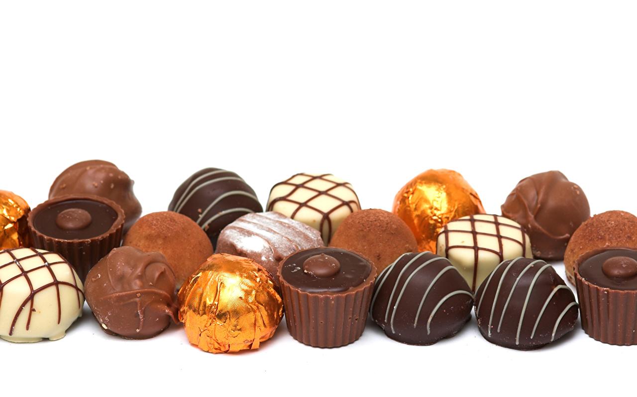 Картинки Шоколад Конфеты Еда Сладости Белый фон Пища Продукты питания белом фоне белым фоном
