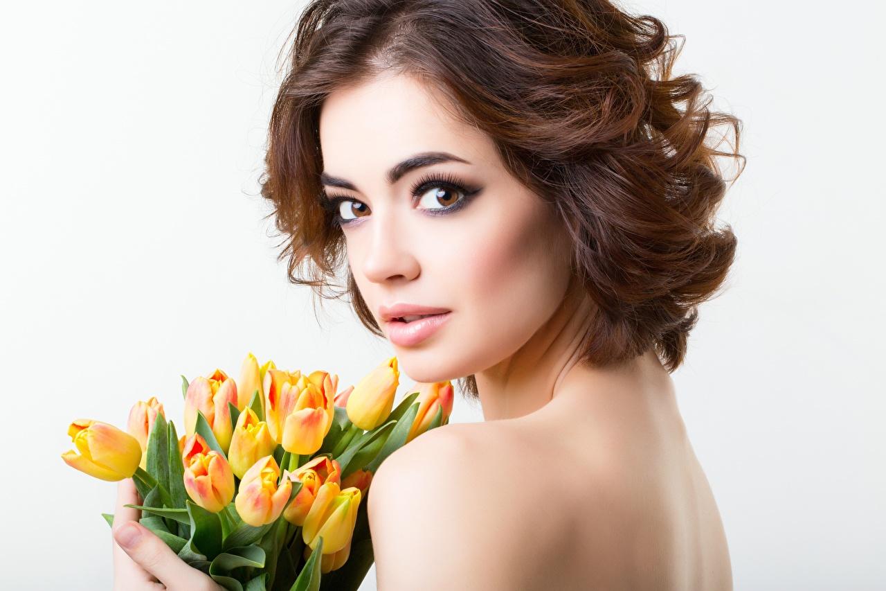 Фотография Шатенка Модель мейкап букет девушка тюльпан цветок смотрит шатенки фотомодель Макияж косметика на лице Букеты Девушки Тюльпаны молодые женщины молодая женщина Цветы Взгляд смотрят
