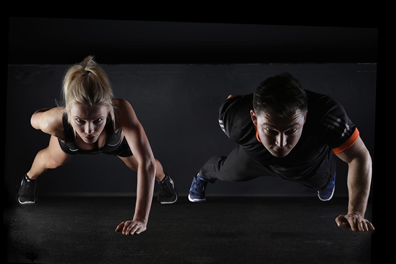 Фотографии Отжимание Блондинка мужчина Фитнес две девушка спортивная блондинки блондинок отжимаются отжимается Мужчины 2 два Двое Спорт вдвоем Девушки спортивные спортивный молодые женщины молодая женщина