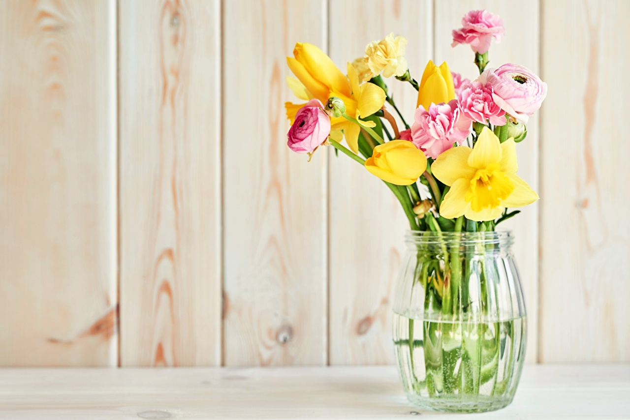 Обои для рабочего стола Букеты Тюльпаны Лютик Цветы Нарциссы гвоздика вазе букет тюльпан цветок Гвоздики Ваза вазы
