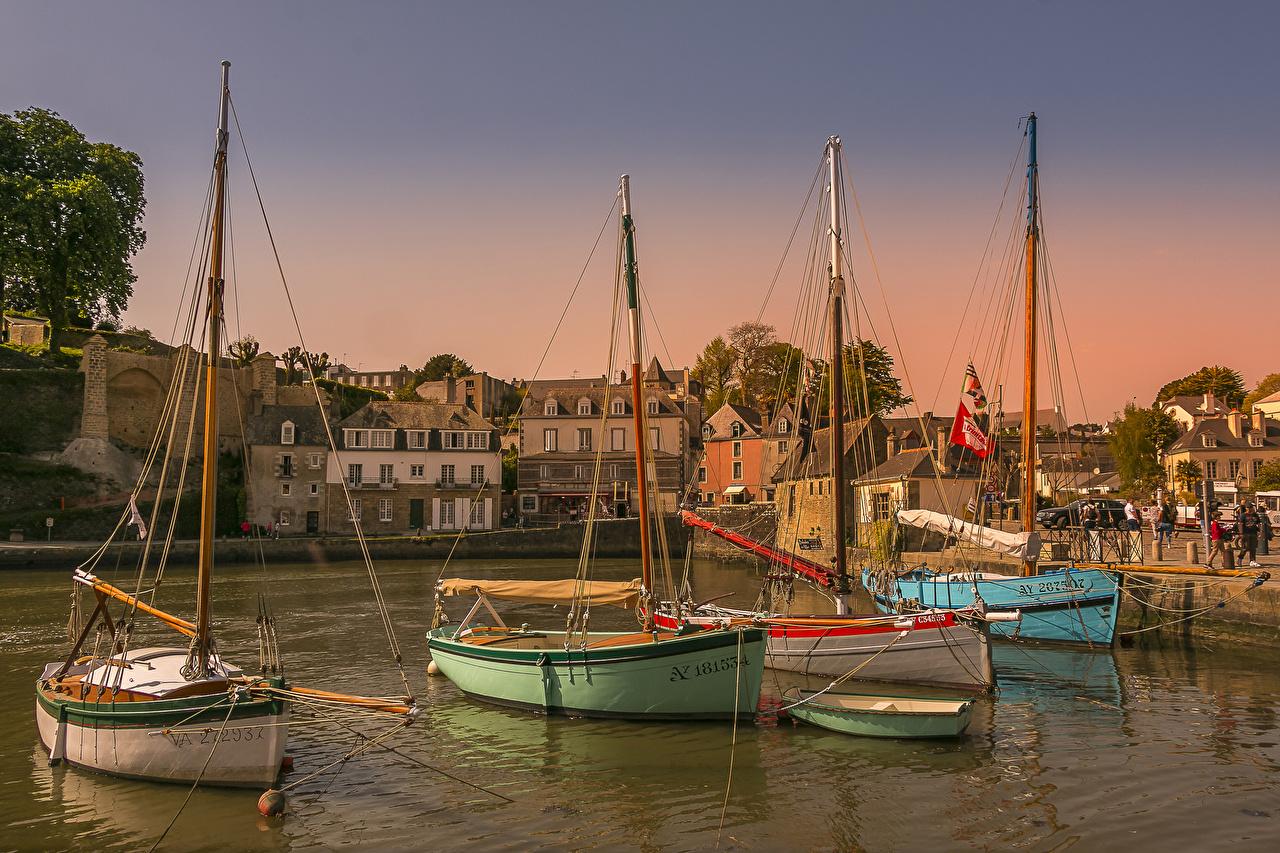 Обои для рабочего стола Франция Saint-Goustan Brittany Пирсы Лодки залива Парусные Дома Города Залив заливы Причалы Пристань город Здания