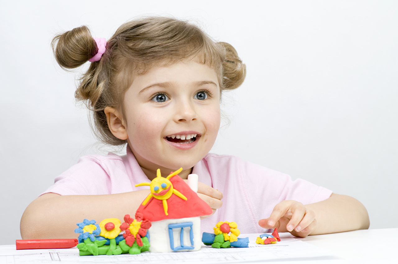 Картинка Девочки Дети смотрит игрушка девочка ребёнок Взгляд смотрят Игрушки