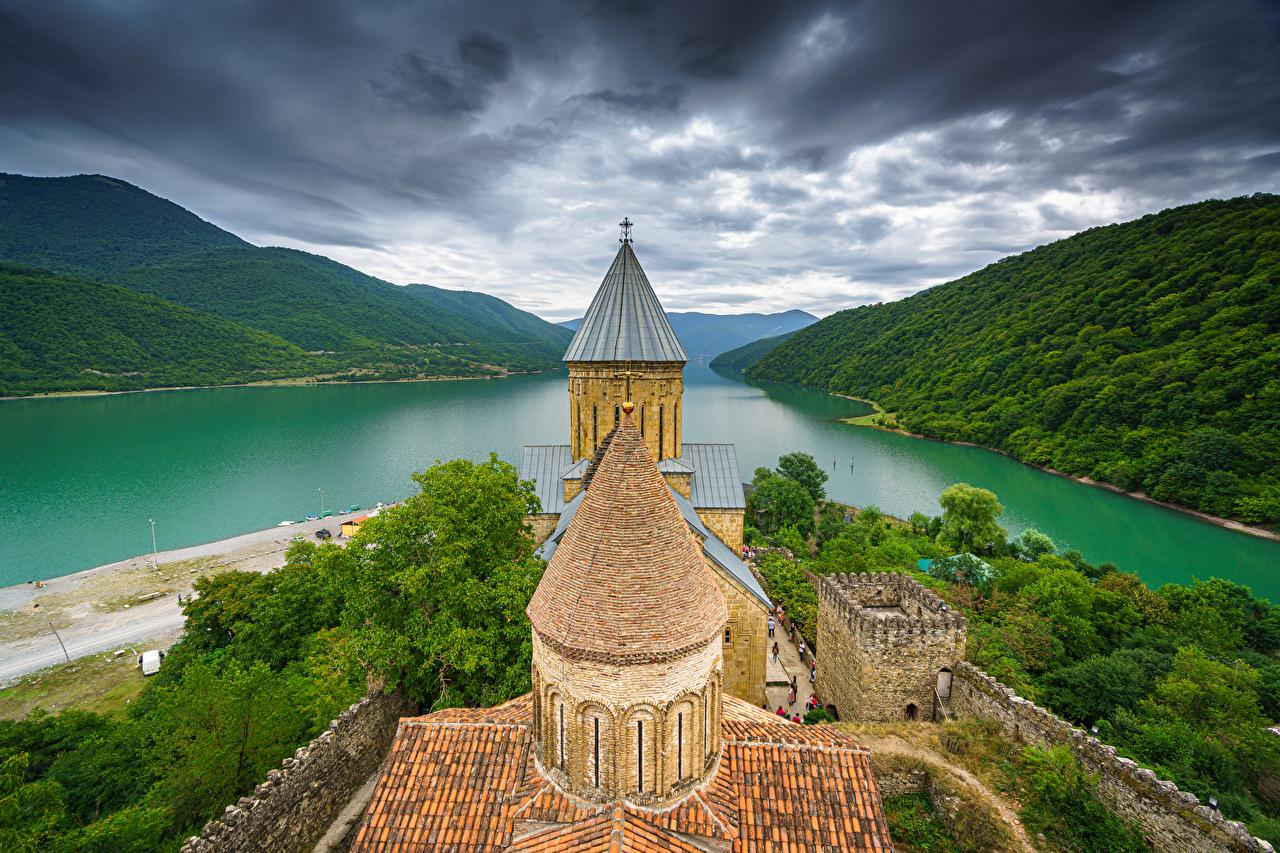 Фото Грузия Крепость Башня Ananuri Горы Природа речка облако башни гора река Реки Облака облачно