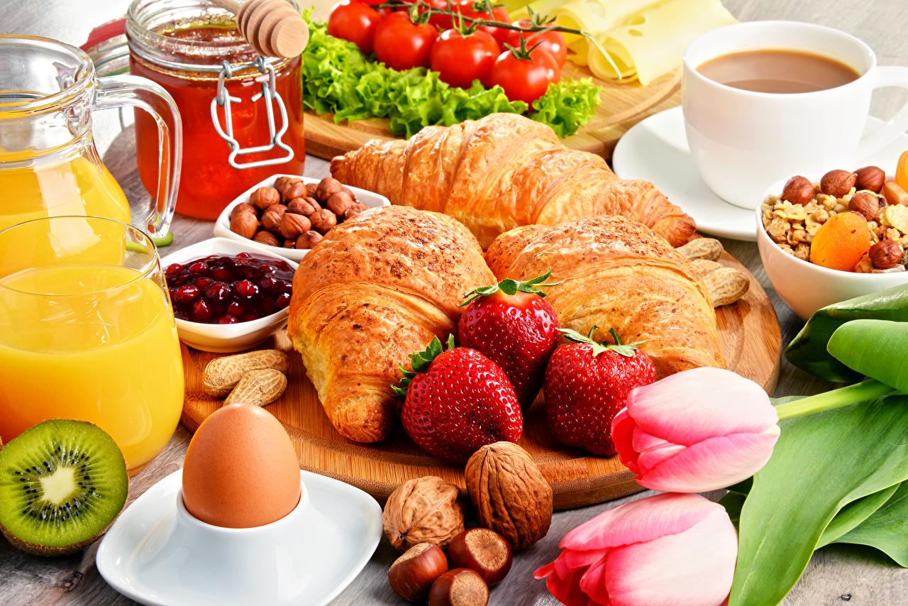 Фотографии яйцами Мед Кофе тюльпан Завтрак Круассан Клубника Пища Орехи яиц яйцо Яйца Тюльпаны Еда Продукты питания