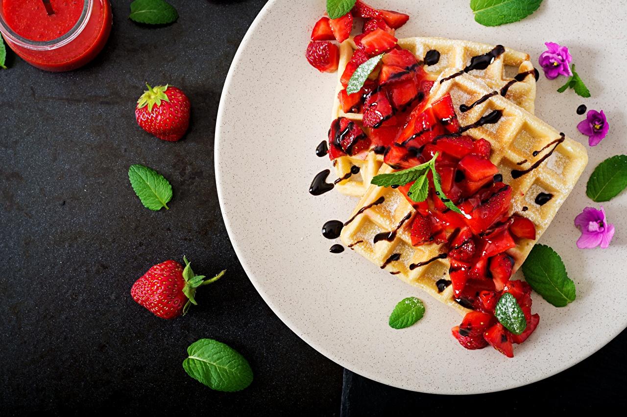 Обои для рабочего стола Вафли мятой Десерт Клубника тарелке Продукты питания вафля мяты Мята Еда Пища Тарелка