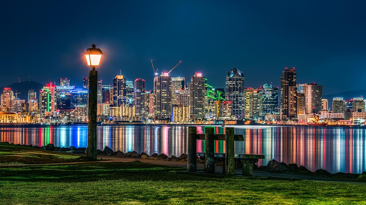 Фотография Сан-Диего штаты Трава ночью Скамья Уличные фонари Дома город США Ночь траве в ночи Ночные Скамейка Города Здания