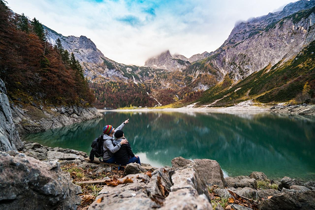 Фотографии 2 Горы Скала релакс Природа Озеро Сидит Камень Утес Двое Отдых вдвоем отдыхает Камни сидящие