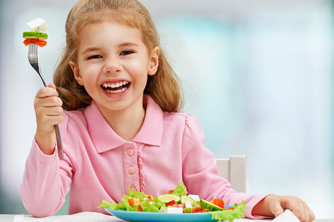 Фотографии девочка Радость Дети Овощи Салаты Девочки счастье радостная радостный счастливые счастливая счастливый Ребёнок