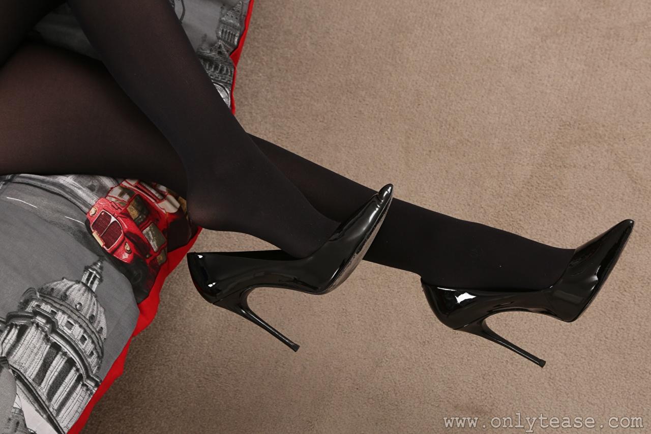 Обои для рабочего стола колготках девушка Ноги Крупным планом Туфли колготок Колготки Девушки молодая женщина молодые женщины ног вблизи туфель туфлях