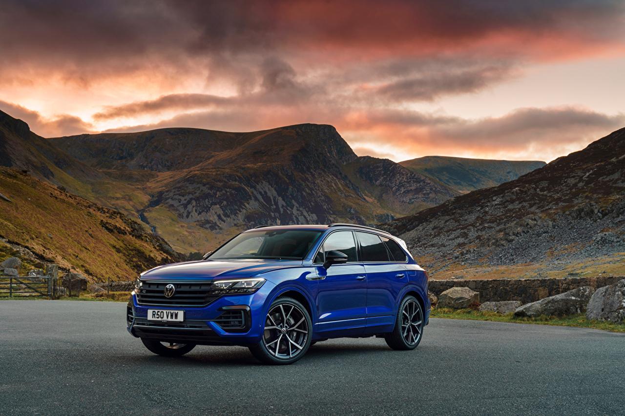 Фото Volkswagen CUV Touareg R eHybrid, UK-spec, 2021 Горы синяя авто Металлик Фольксваген Кроссовер гора Синий синие синих машина машины Автомобили автомобиль