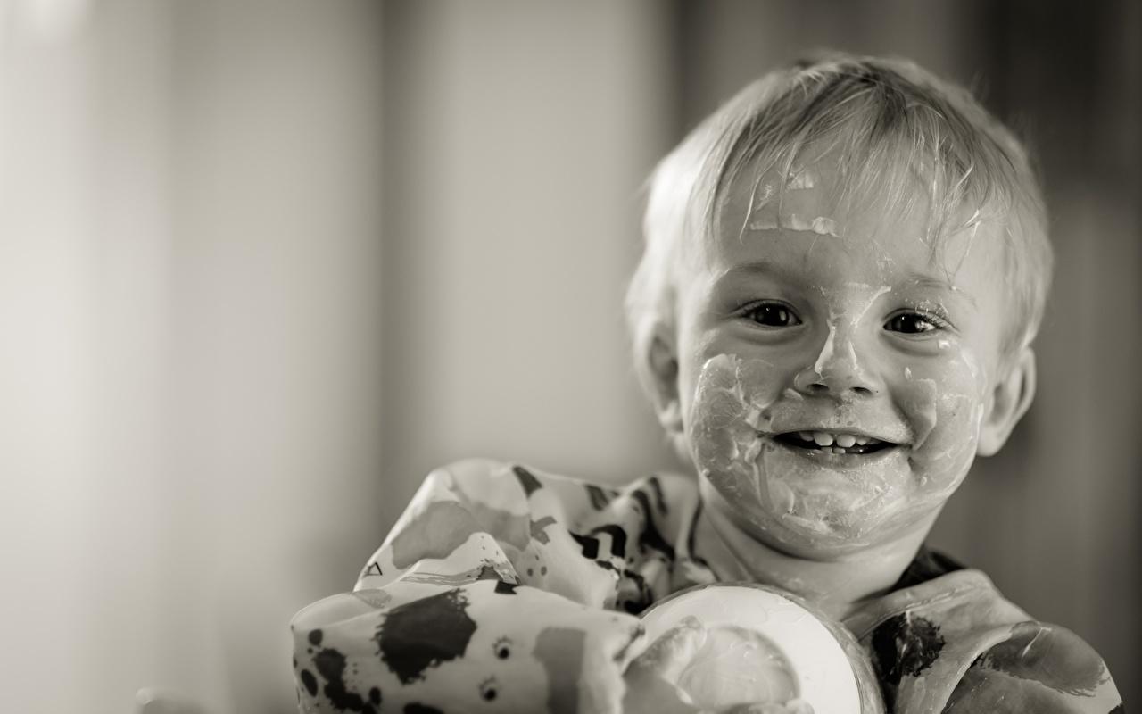 Картинки Мальчики Улыбка забавные Дети Йогурт Черно белое смотрит Смешные Ребёнок Взгляд