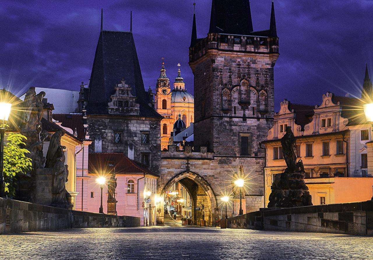 Картинки Прага Чехия Мосты Дороги Ночные Уличные фонари Здания Города Скульптуры Ночь Дома