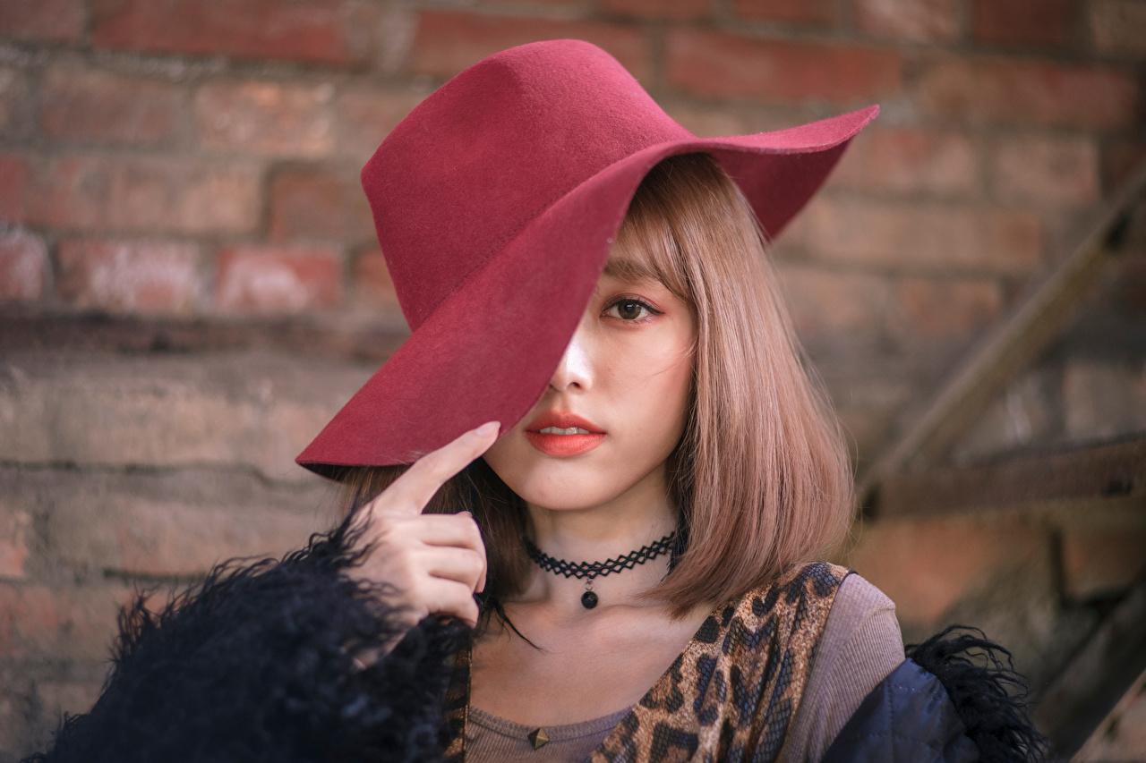 Фотография Шляпа молодая женщина Азиаты Взгляд шляпы шляпе девушка Девушки молодые женщины азиатки азиатка смотрит смотрят