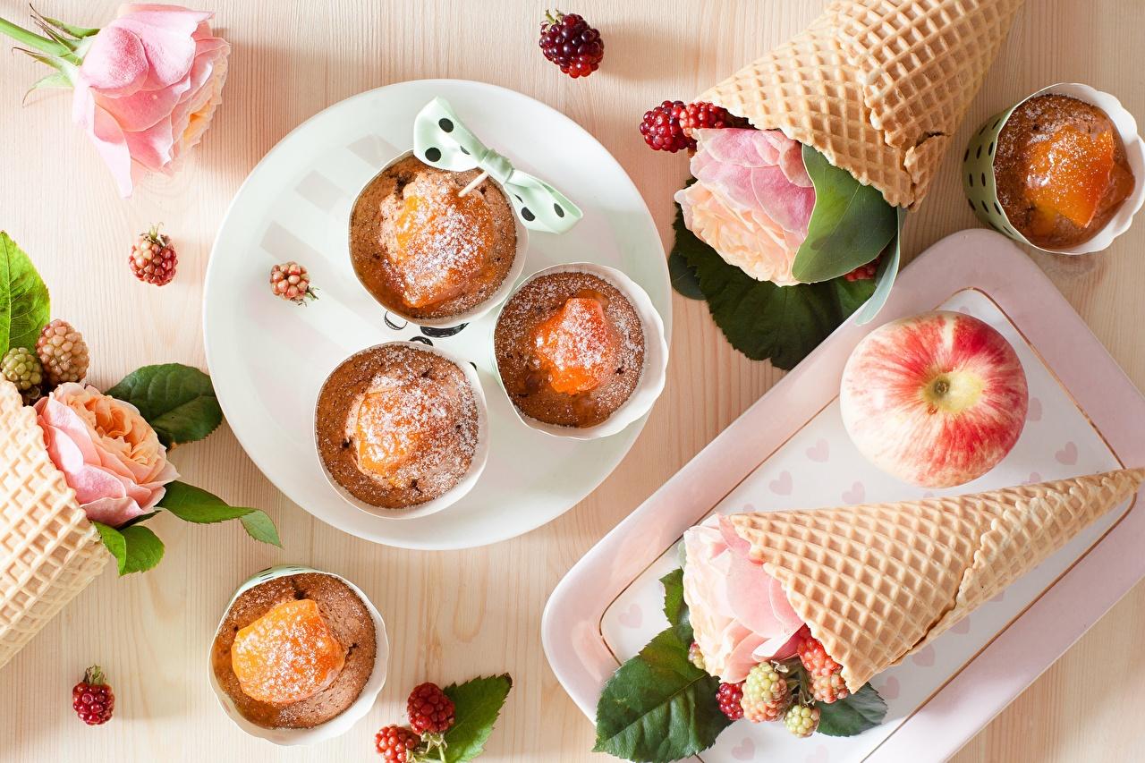 Обои для рабочего стола Розы Кекс Яблоки Вафельный рожок Продукты питания роза Еда Пища