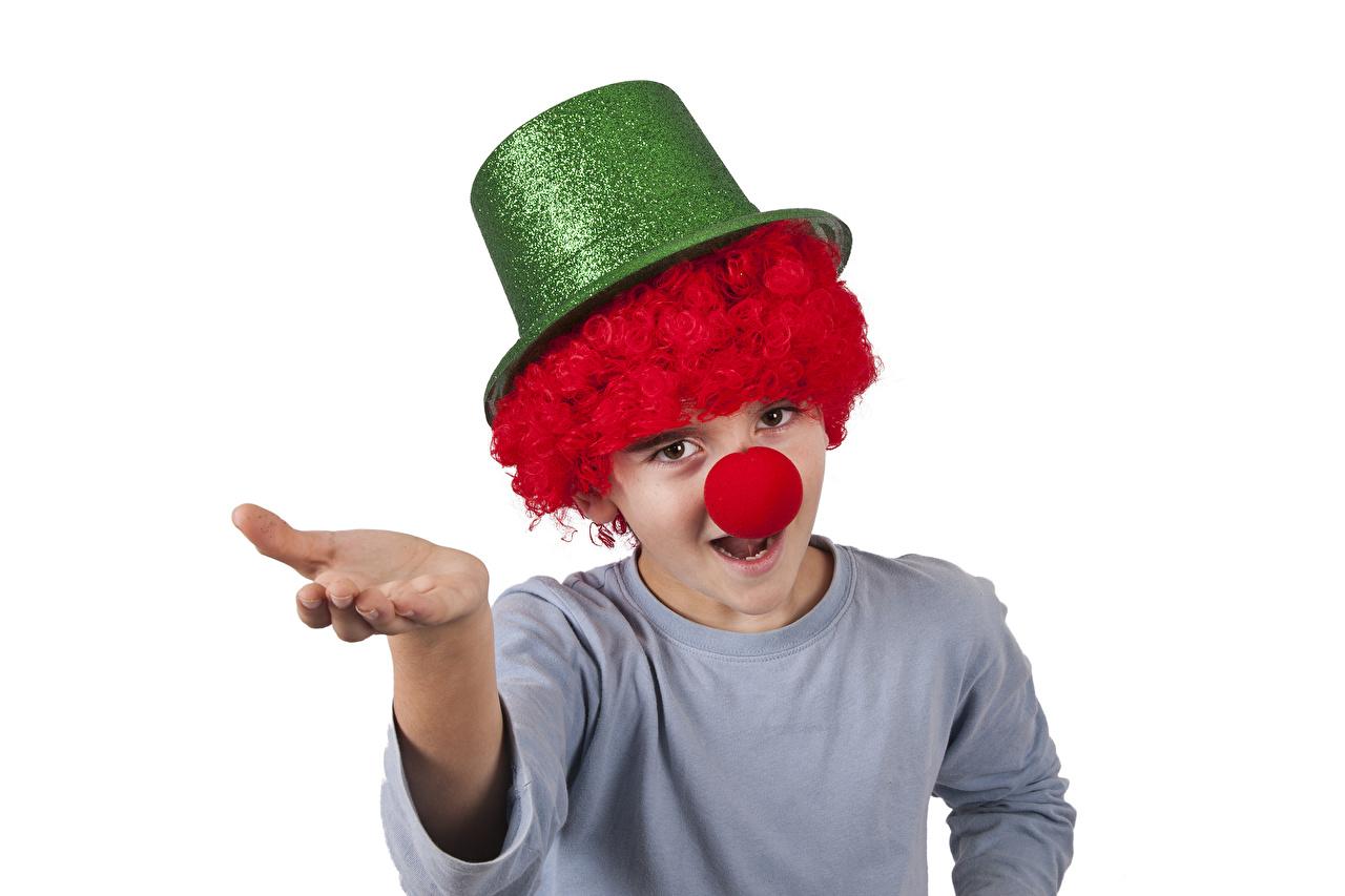 Фото мальчик клоуна Дети Шляпа рука Униформа Белый фон Мальчики мальчишки мальчишка Клоун клоуны ребёнок шляпе шляпы Руки униформе белом фоне белым фоном
