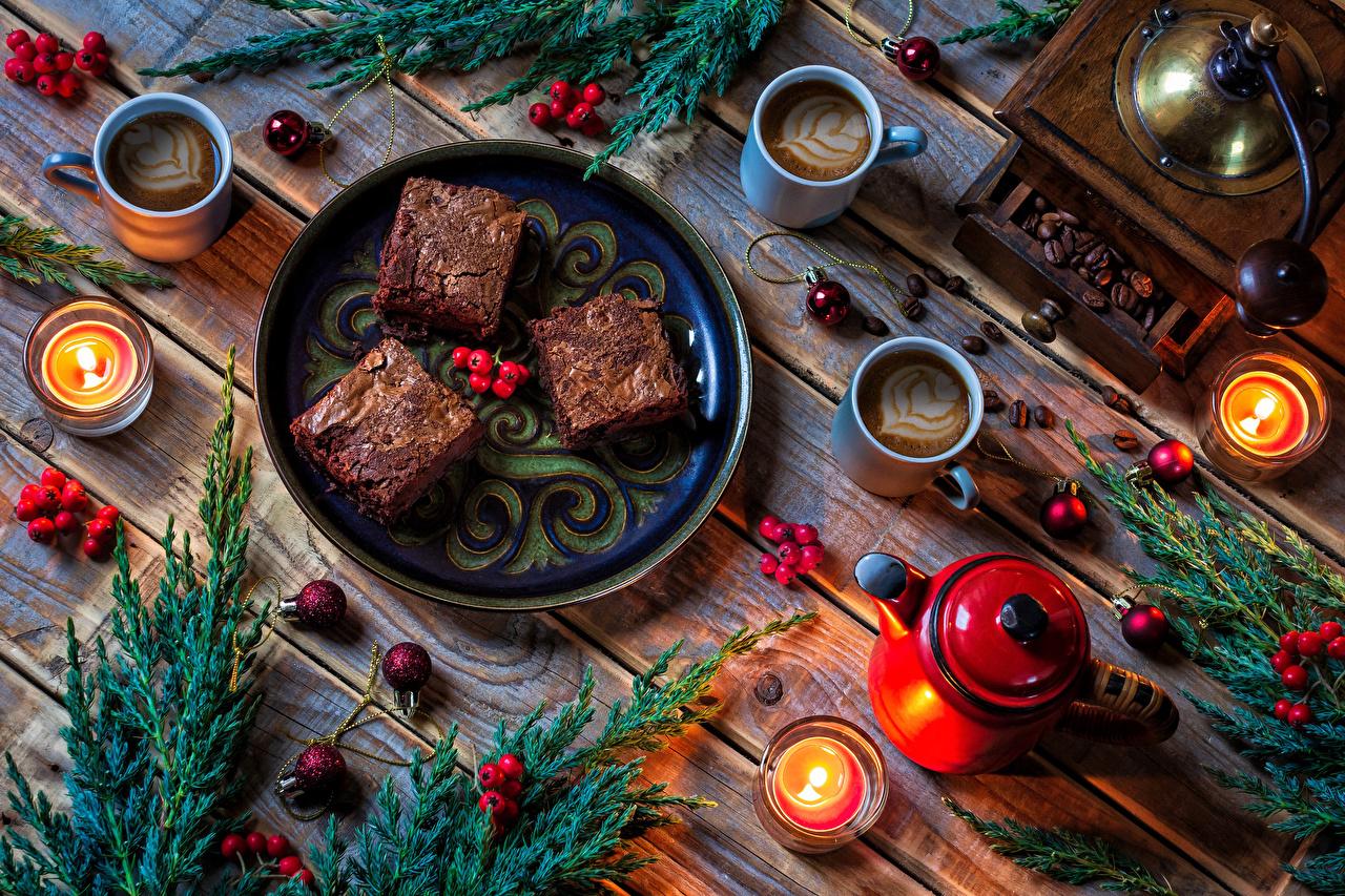 Фото Новый год Кофе Чайник Шар Еда Ветки Чашка Свечи Ягоды Тарелка Пирожное Доски Рождество Пища ветвь ветка чашке Шарики тарелке на ветке Продукты питания
