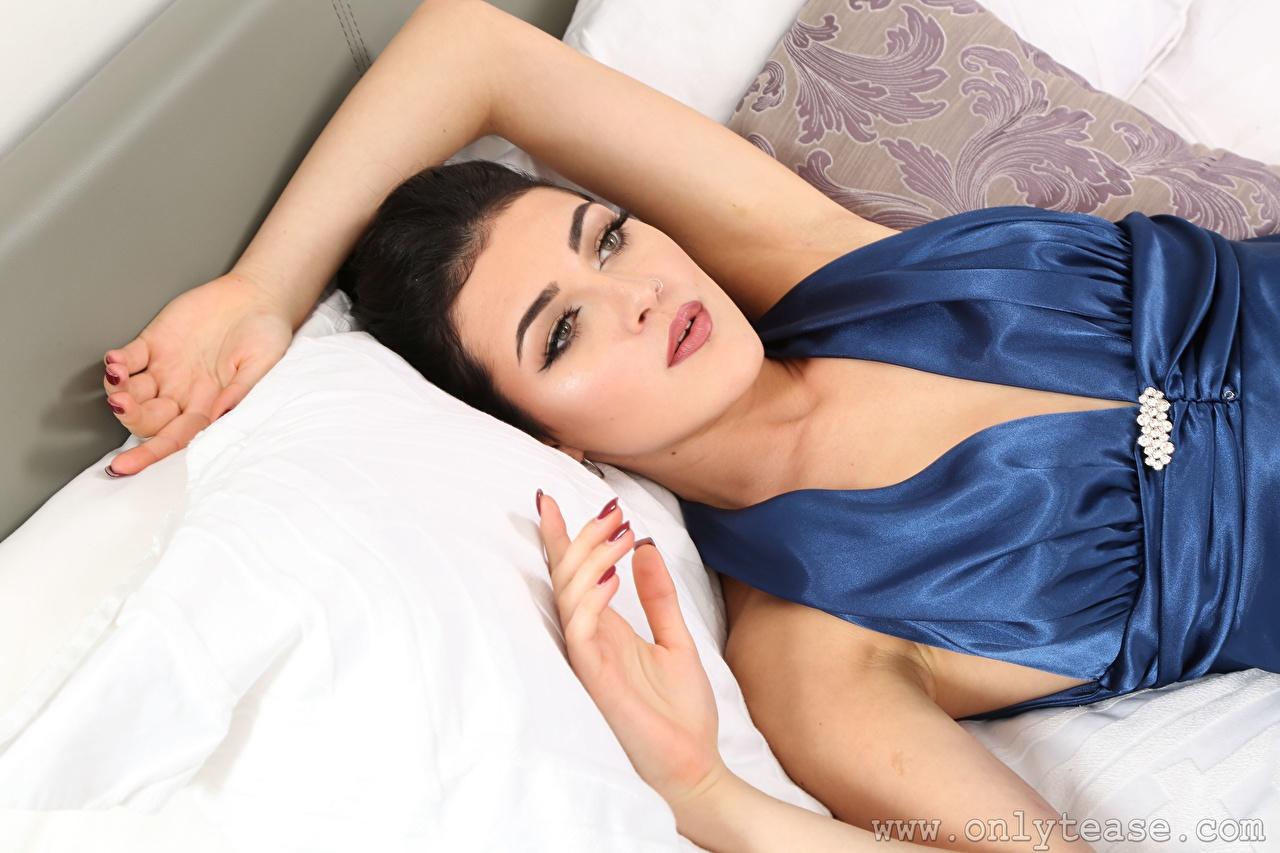 Картинки брюнетки лежа Maryanna красивый девушка рука Брюнетка брюнеток Лежит лежат лежачие красивая Красивые Девушки молодая женщина молодые женщины Руки
