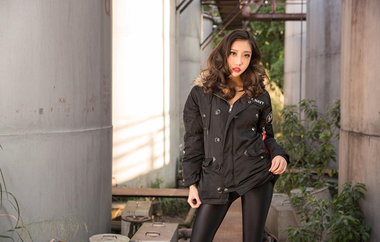 Фотографии шатенки куртке Девушки азиатка рука смотрит Шатенка Куртка куртки куртках девушка молодая женщина молодые женщины Азиаты азиатки Руки Взгляд смотрят