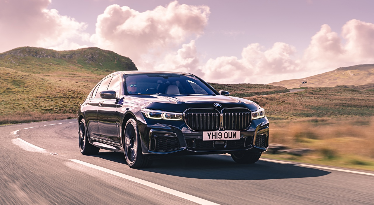 Картинки БМВ боке Седан Дороги едущая автомобиль BMW Размытый фон едет едущий скорость Движение авто машины машина Автомобили