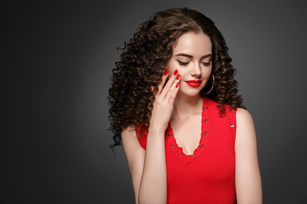 Фото Девушки шатенки маникюра Волосы прически рука сером фоне красными губами девушка молодые женщины молодая женщина Шатенка Маникюр волос Причёска Руки Серый фон Красные губы