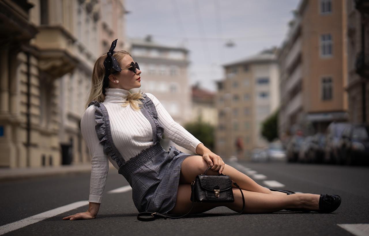 Обои для рабочего стола Размытый фон Девушки Ноги сидя Сумка очков Асфальт боке девушка молодая женщина молодые женщины ног Очки Сидит очках сидящие асфальта