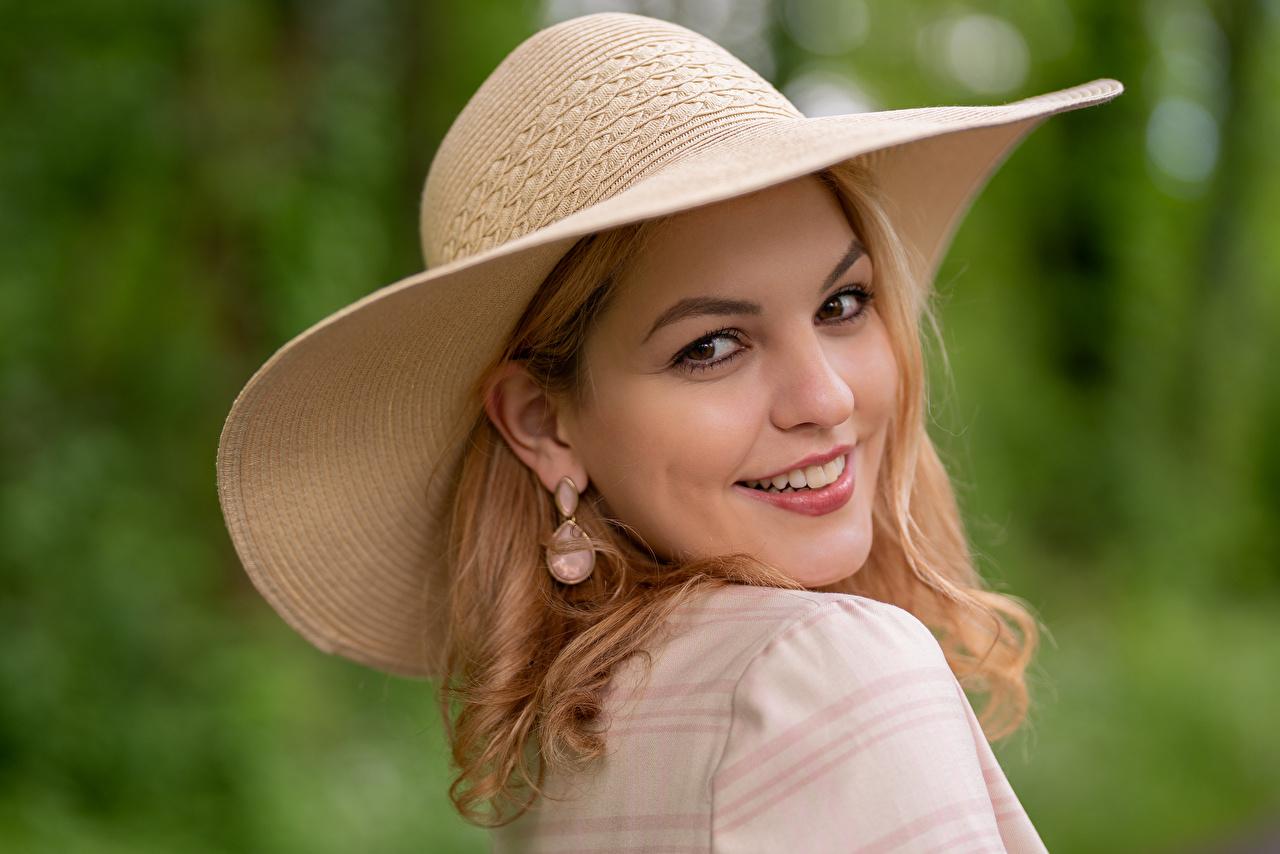 Обои для рабочего стола Блондинка Улыбка Размытый фон шляпы Девушки смотрит блондинки блондинок улыбается боке Шляпа шляпе девушка молодая женщина молодые женщины Взгляд смотрят