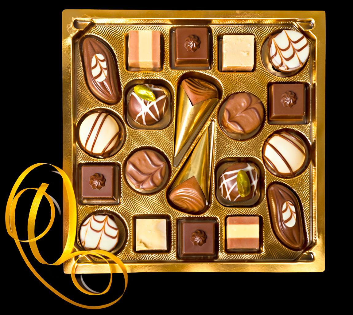Картинки Шоколад Конфеты Коробка Еда Сладости Черный фон Дизайн Пища Продукты питания