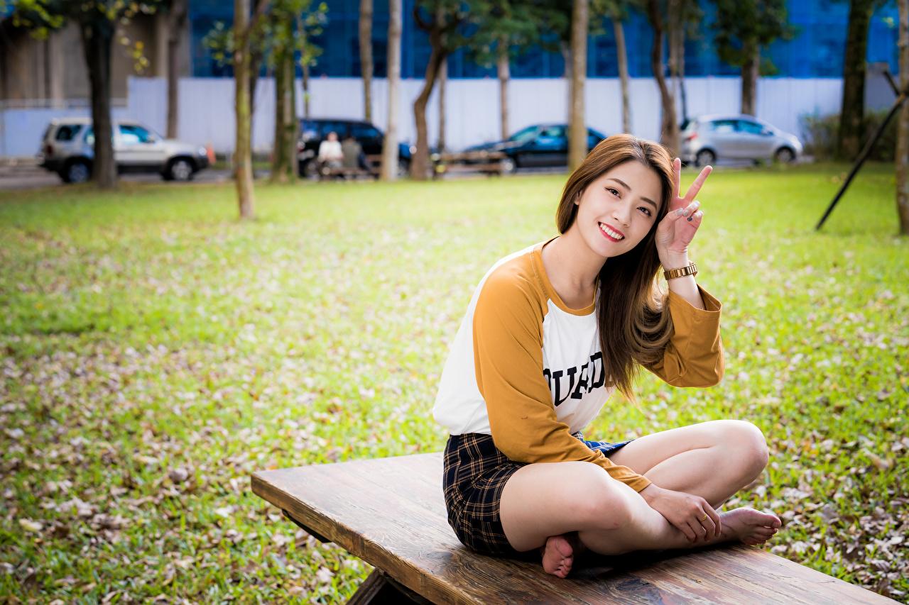 Фото улыбается жесты девушка Ноги Азиаты Сидит Улыбка Жест Девушки молодая женщина молодые женщины ног азиатки азиатка сидя сидящие