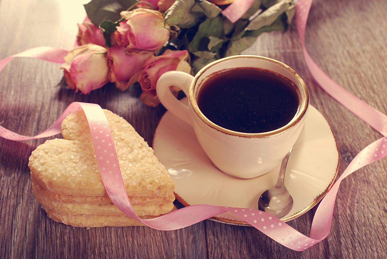 Картинки серце роза Кофе Ложка Чашка Блюдце Печенье ленточка Продукты питания Сердце сердца сердечко Розы Еда Пища ложки чашке Лента блюдца