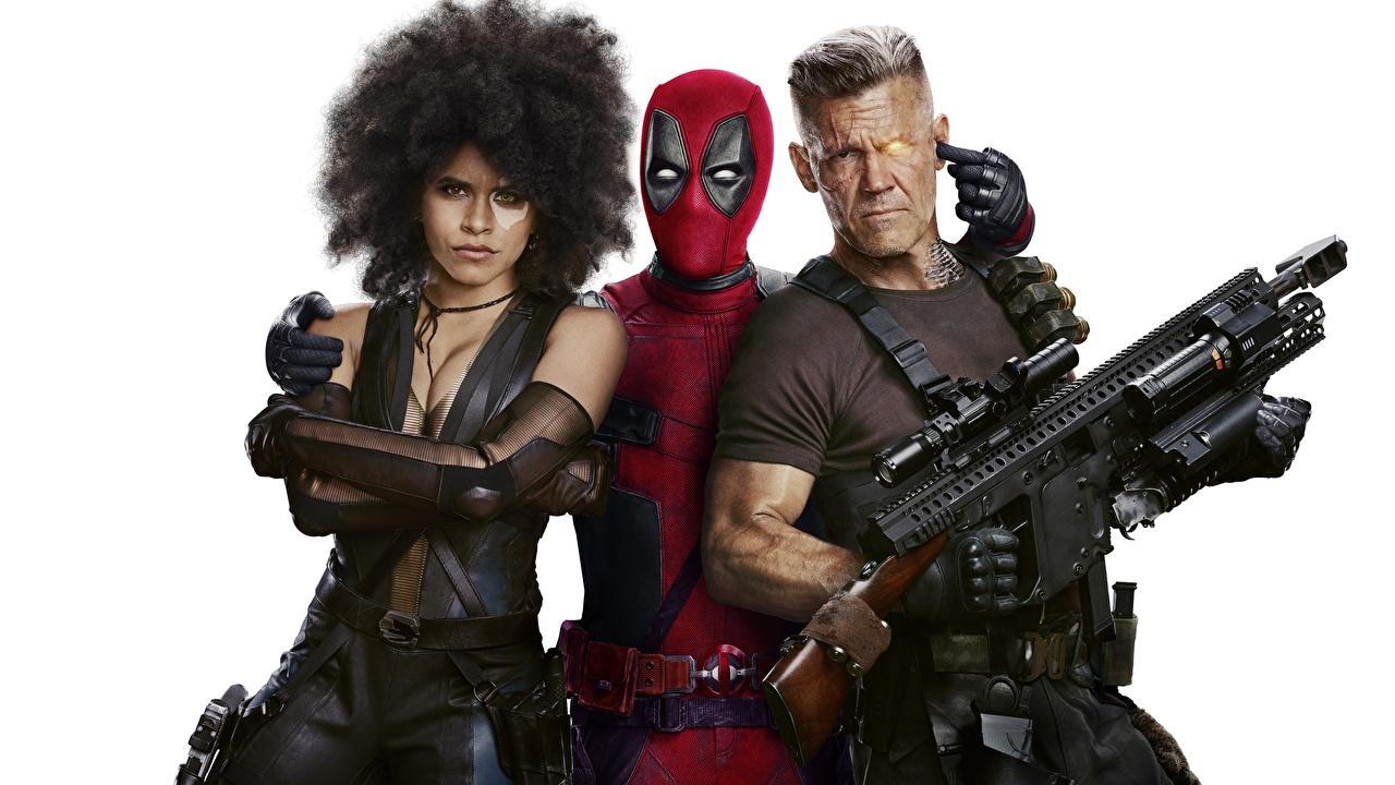 Фотографии Дэдпул Мужчины Автоматы Deadpool 2 Огнестрельное оружие Фильмы Трое 3 Белый фон Deadpool герой Кино три втроем белом фоне белым фоном