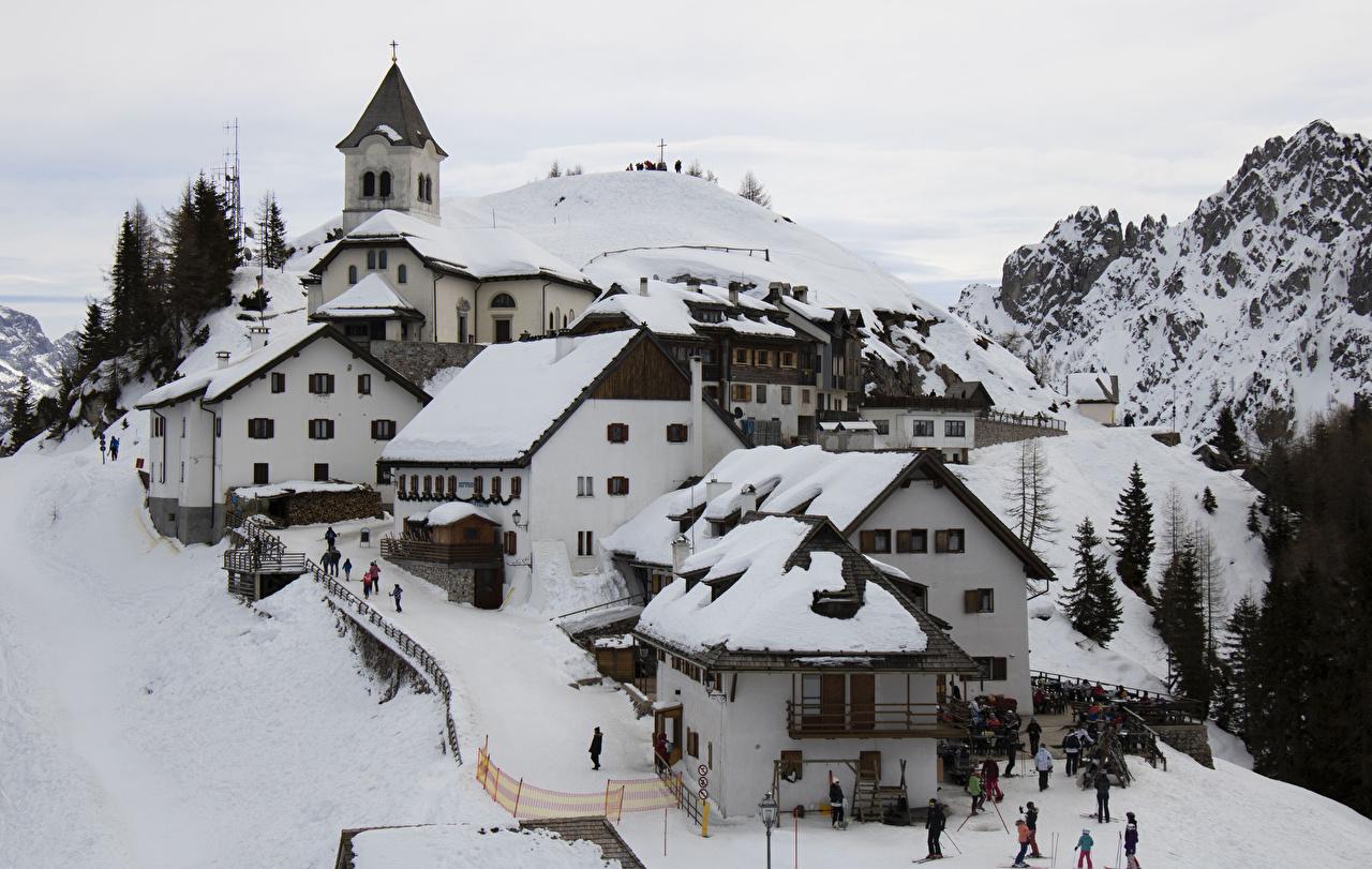 Картинка Италия Деревня Ski village of Monte Lussari гора зимние Снег Дома Города село поселок Горы Зима снеге снегу снега город Здания