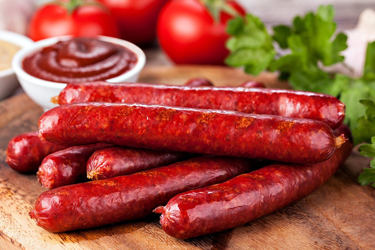 Обои для рабочего стола Колбаса кетчупом Еда Мясные продукты Кетчуп кетчупа Пища Продукты питания