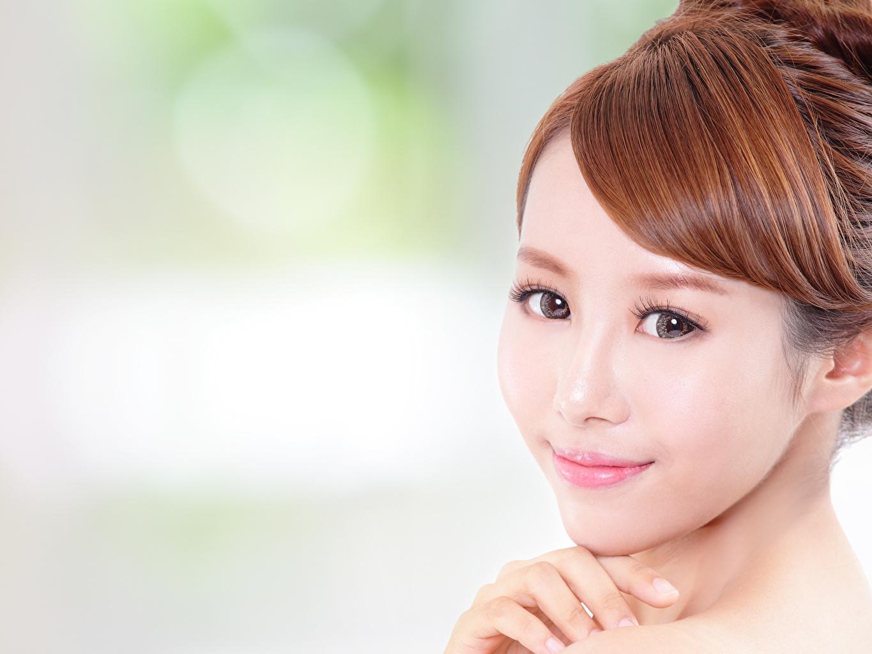 Фото шатенки боке Красивые Лицо молодая женщина Азиаты Взгляд Шатенка Размытый фон красивая красивый лица девушка Девушки молодые женщины азиатки азиатка смотрит смотрят