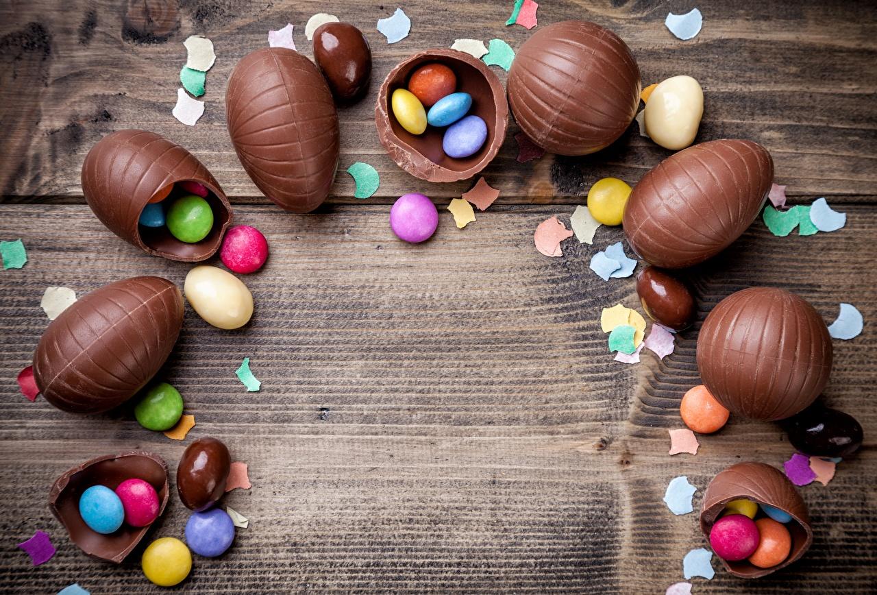 Картинки Драже Яйца Шоколад Пища Шаблон поздравительной открытки Доски яиц яйцо яйцами Еда Продукты питания