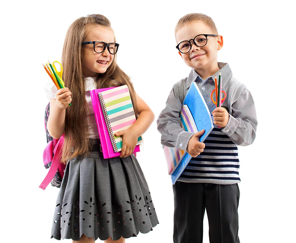 Картинка Девочки Мальчики юбки карандаш Дети Двое Тетрадь Очки девочка мальчик мальчишка мальчишки Юбка юбке Карандаши карандаша карандашей ребёнок 2 два две вдвоем очков очках