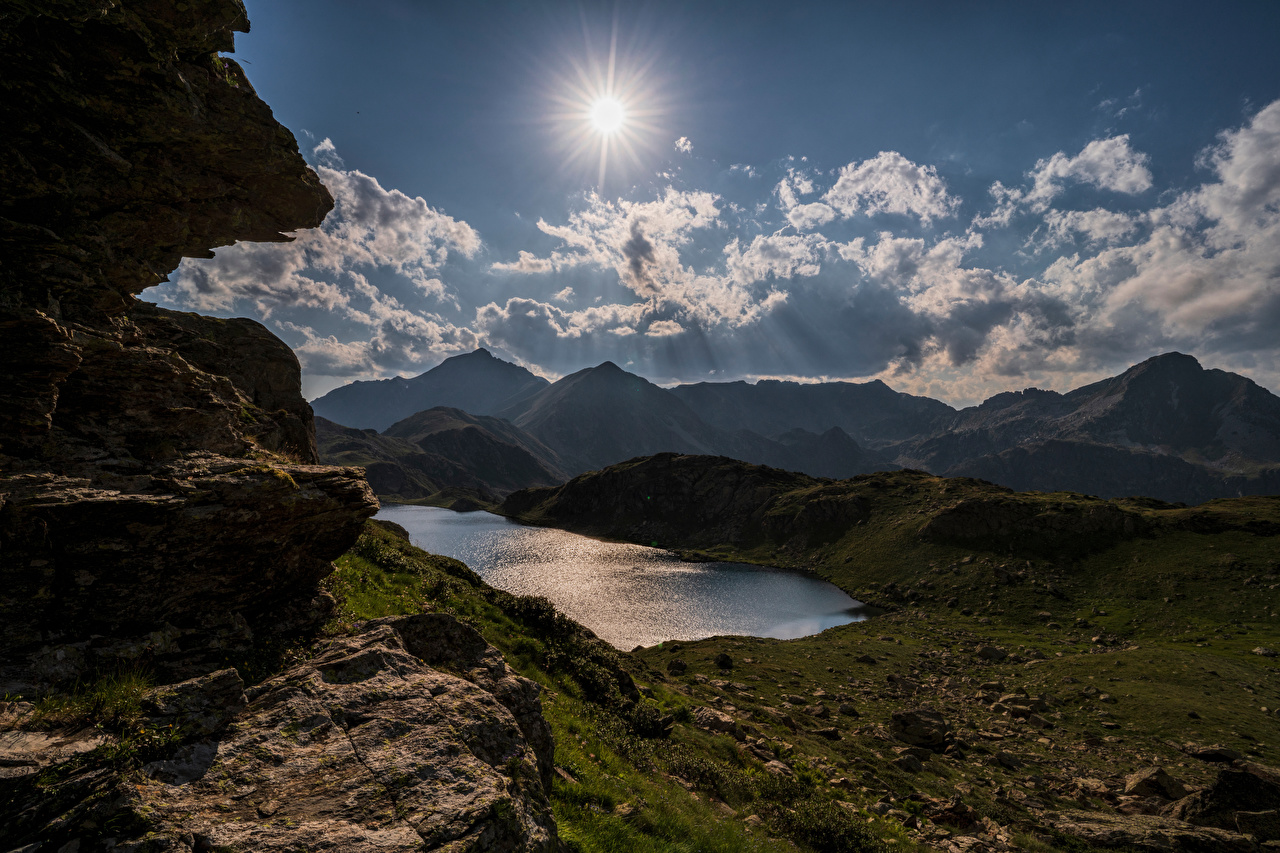 Обои для рабочего стола Франция Gestièrs, Pyrenees гора солнца Природа Небо Озеро Камни облачно Горы Солнце Камень Облака облако