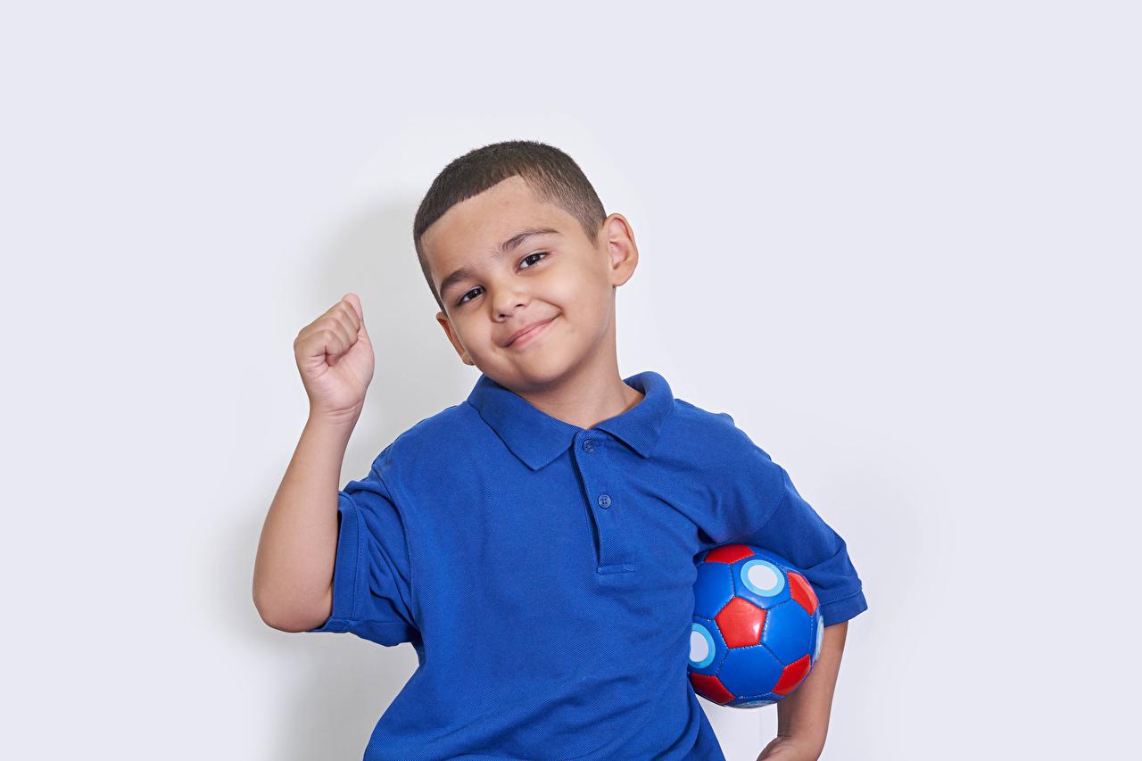 Фотография мальчишка Улыбка ребёнок Мяч рука смотрит Серый фон мальчик Мальчики мальчишки улыбается Дети Руки Мячик Взгляд смотрят сером фоне