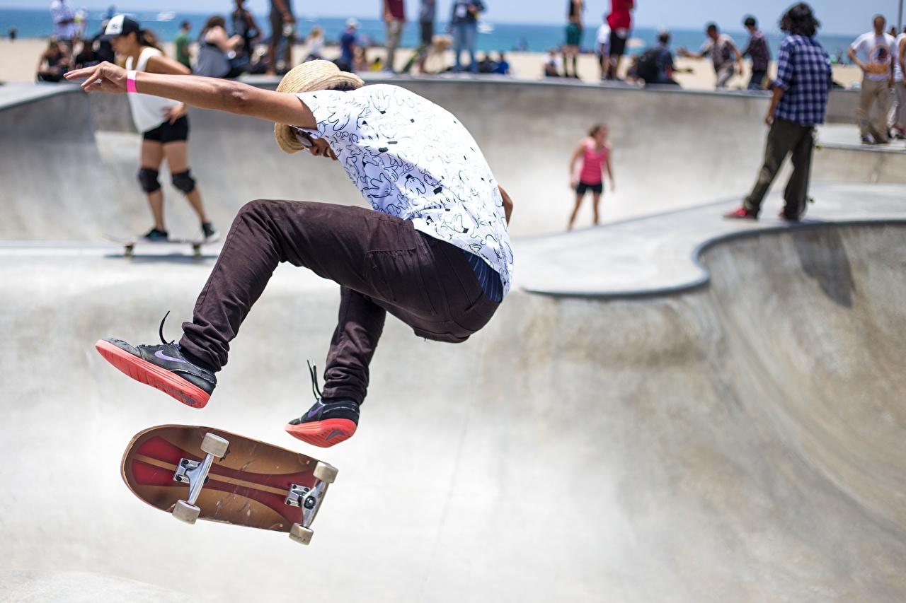 Картинка мужчина спортивные ног прыгает Скейтборд Мужчины Спорт спортивная спортивный Ноги Прыжок прыгать в прыжке Роликовая доска