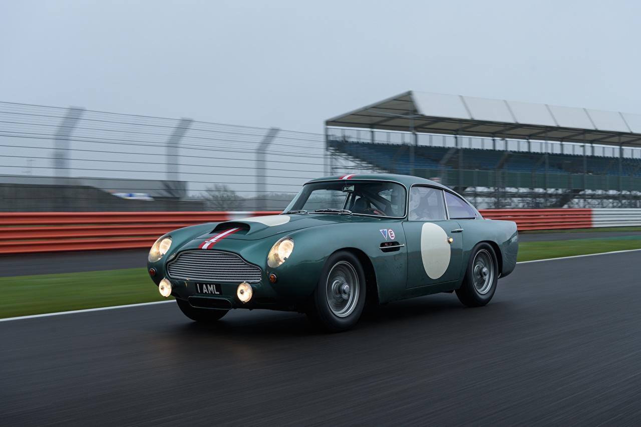 Картинка Астон мартин DB4 GT Continuation, Sports car Движение машины Aston Martin едет едущий едущая скорость авто машина Автомобили автомобиль