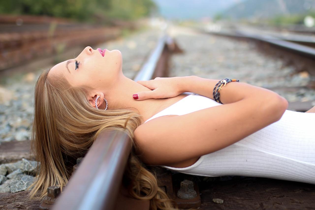 Фотография Рельсы Девушки Руки Железные дороги