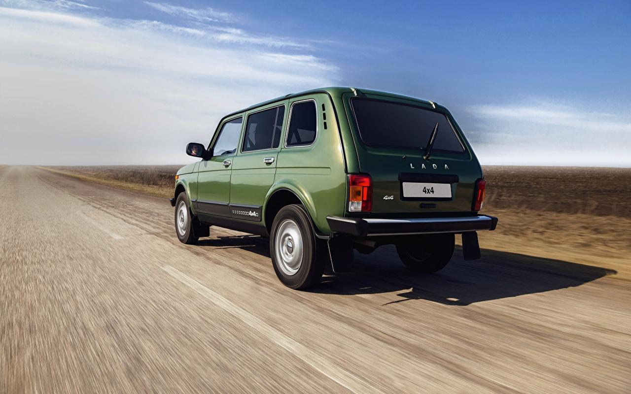 Обои для рабочего стола Российские авто Lada 4x4 Urban Niva зеленых едущий Сзади машина зеленая зеленые Зеленый едет едущая Движение скорость авто машины вид сзади Автомобили автомобиль