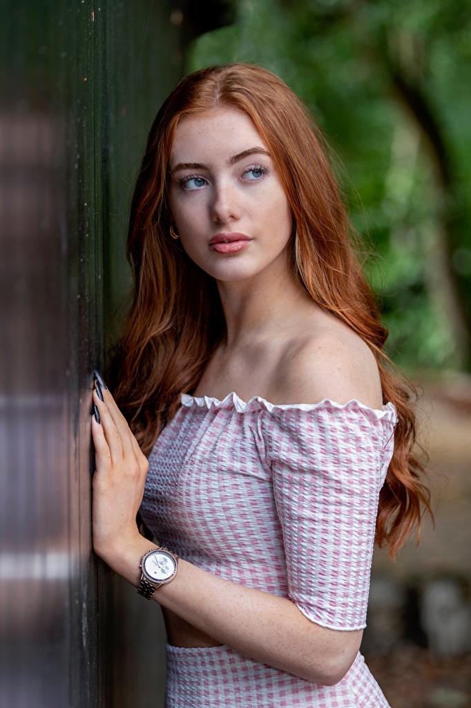 Картинка Рыжая Emilia Наручные часы Девушки Руки смотрит  для мобильного телефона рыжие рыжих девушка молодая женщина молодые женщины рука Взгляд смотрят