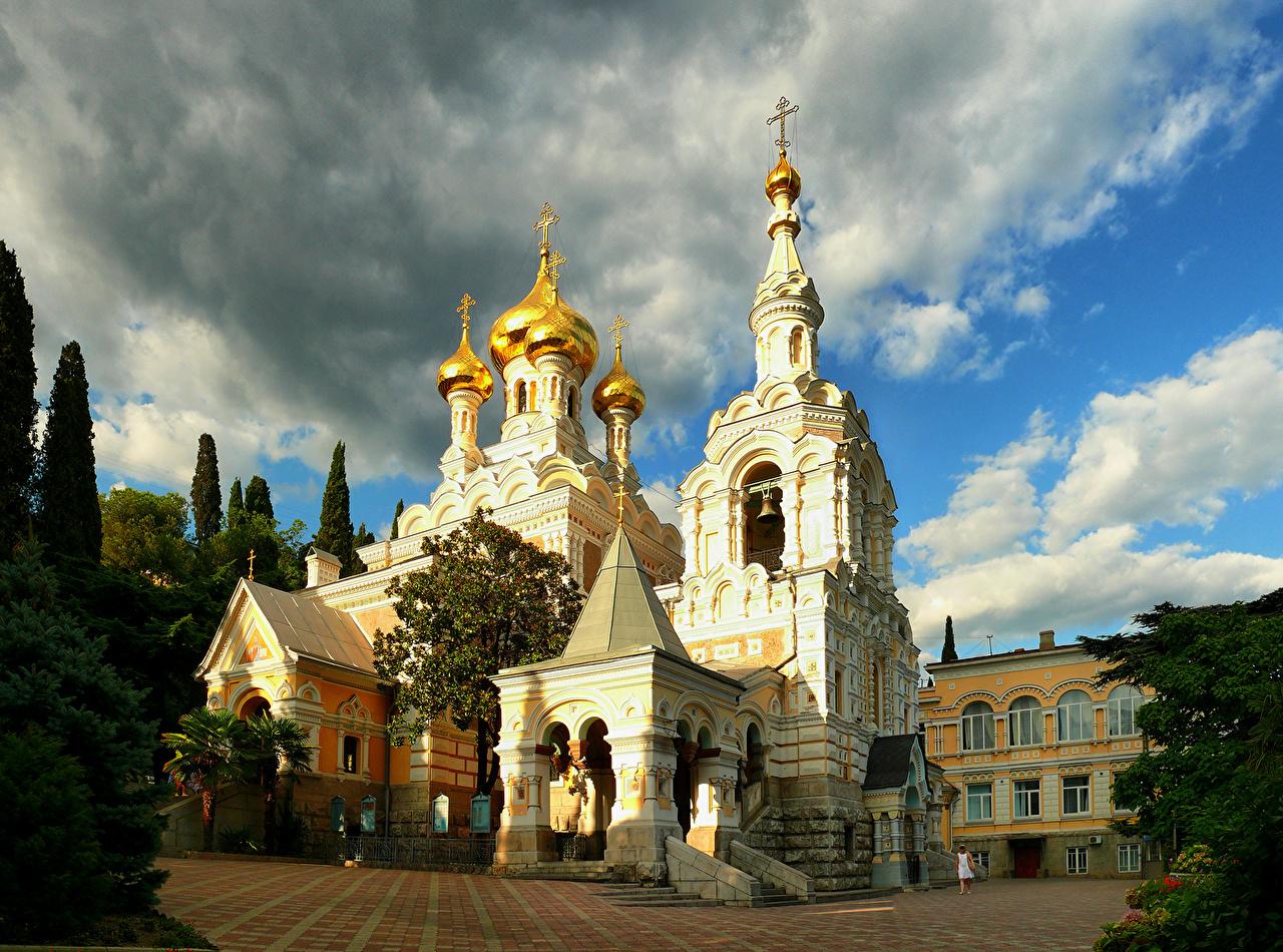 Обои для рабочего стола Россия Собор Святого Александра Невского Ялта Небо Храмы Города облачно храм город Облака облако